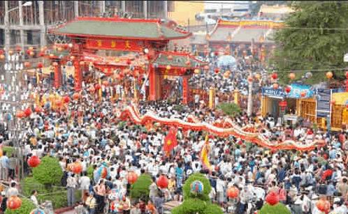 Hình ảnh rất đông người tới lễ hội chùa Bà Thiên Hậu