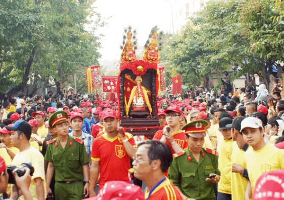 Hình ảnh rước kiệu tại lễ hội chùa Bà Thiên Hậu Bình Dương