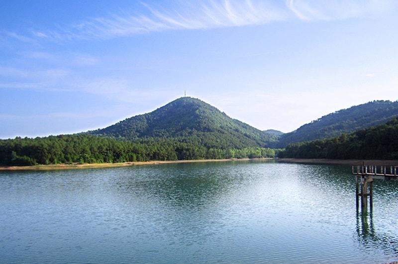 Hồ Thiên Tượng nằm trên núi Hồng Lĩnh