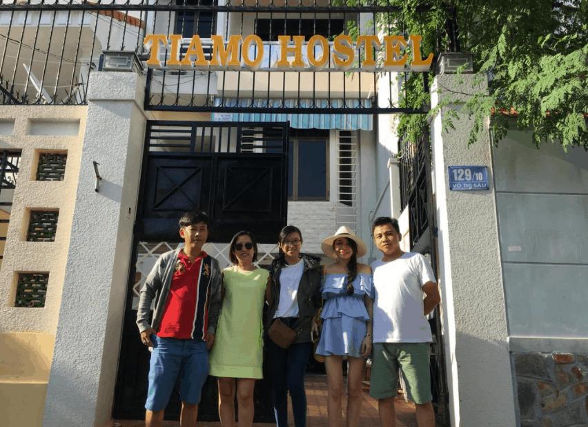 Khách hàng check-in tại Tiamo Hostel