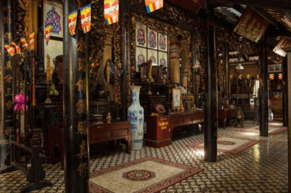 Không gian bên trong ngôi chừa Giác Lâm