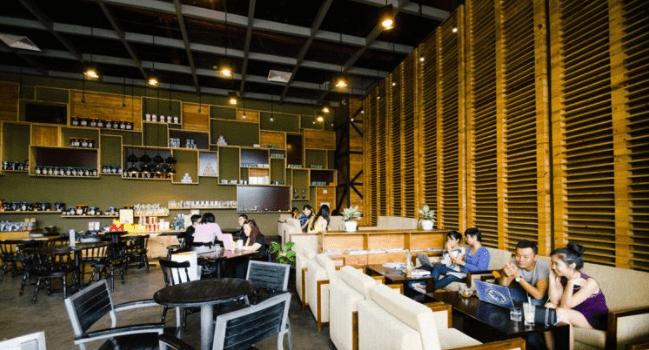 Không gian quán Phúc Long Coffee & Tea House rộng rãi, thoáng mát