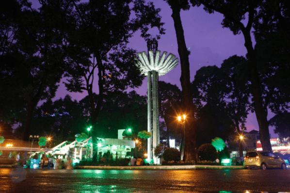 Khung cảnh hồ con Rùa lúc về đêm