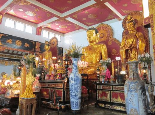 Khung cảnh trang nghiêm bên trong chùa Vĩnh Nghiêm