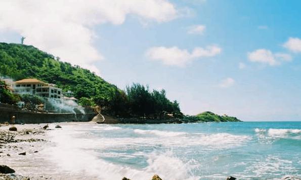 Nước biển ở bãi Vọng Nguyệt rất sạch và trong xanh