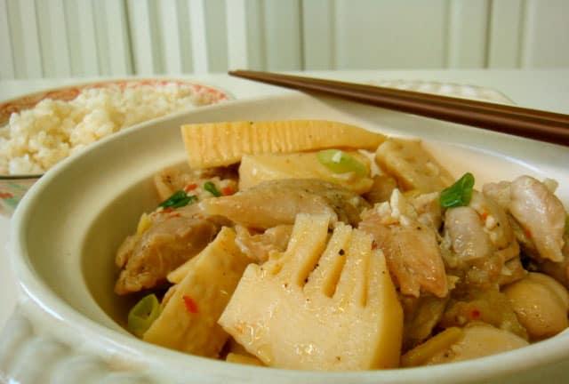 Món ăn đặc sản măng chua nấu thịt gà Hòa Bình