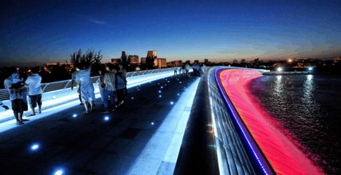 Mọi người có thể dạo chơi trên cầu Ánh Sao để ngắm cảnh