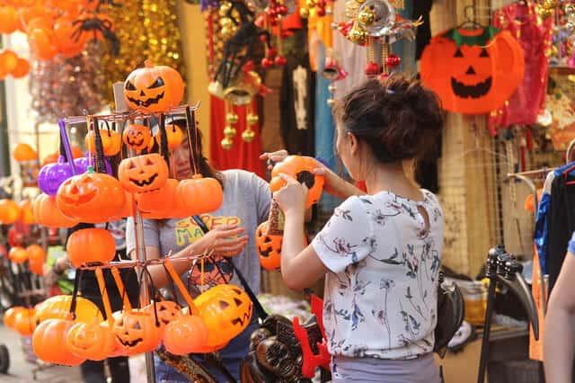 Mua đồ Halloween trên phố Hàng Mã