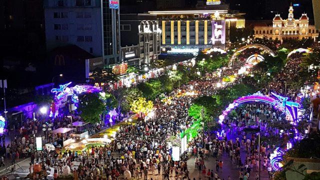 Hàng ngàn người đổ về phố đi bộ để cùng nhau đếm ngược (ảnh ST)