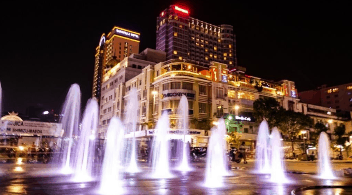 Phố đi bộ Nguyễn Huệ trở nên lung linh hơn khi về đêm