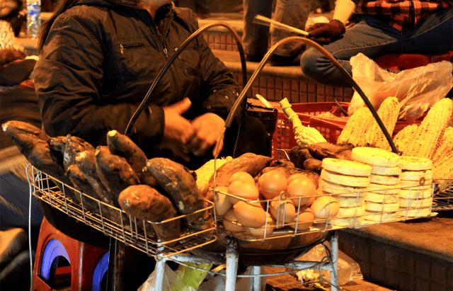 Những hàng khoai nướng thơm phức níu kéo khách du lịch