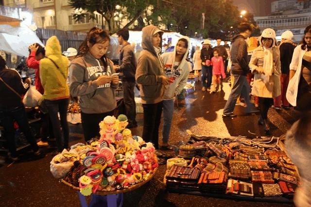 Đồ lưu niệm được bày bán tại phố đi bộ Đà Lạt