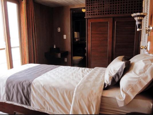 Không gian phòng ngủ trên tàu L'Amant Cruises