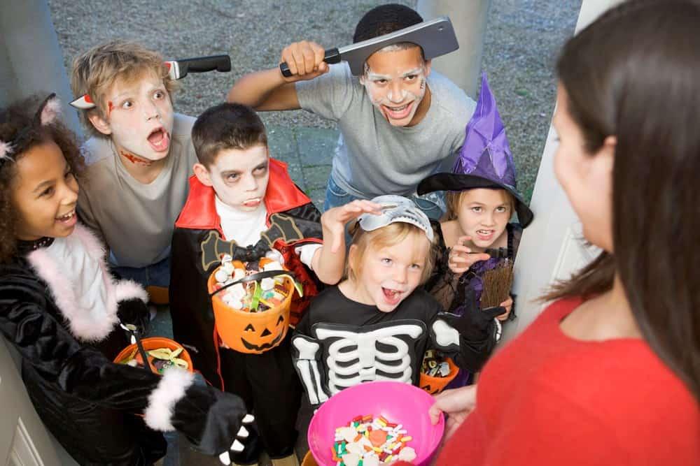 Phong tục trẻ em gõ cửa xin kẹo vào đêm Halloween