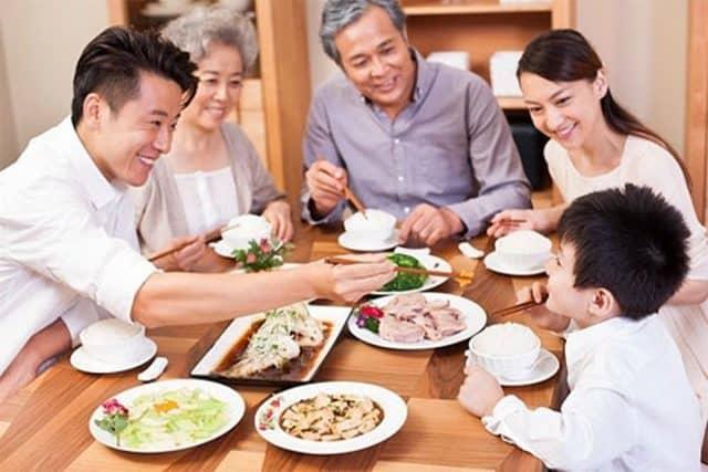 Bữa cơm đầm ấm bên gia đình là món quà 20/10 đáng quý nhất
