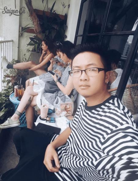 Quán có ban công rộng thuận lợi cho việc ngắm cảnh Sài Gòn
