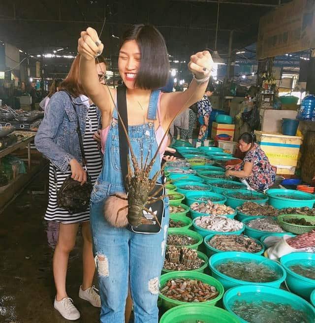 Thưởng thức hải sản bình dân tại chợ Hàng Dương