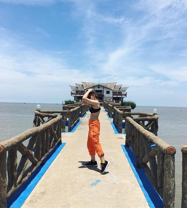 Cây cầu Nam Hải hướng ra biển trở thành góc sống ảo quen thuộc của nhiều bạn trẻ