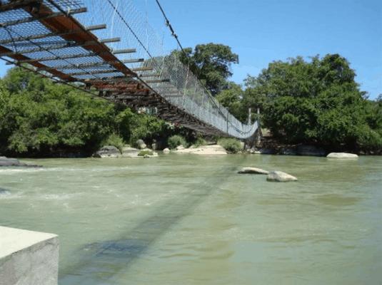 Cầu qua sông tại Thác Mai