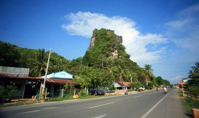 Thạch Động nằm ven đường Hà Tiên đi Campuchia
