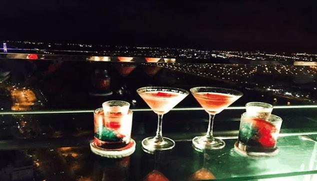 Thưởng thức đồ uống và ngắm cảnh đêm Sài Gòn tại quán cafe trên cao