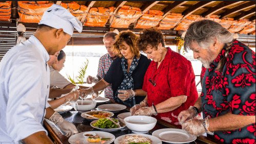 Thưởng thức những món ăn ngon trên tàu