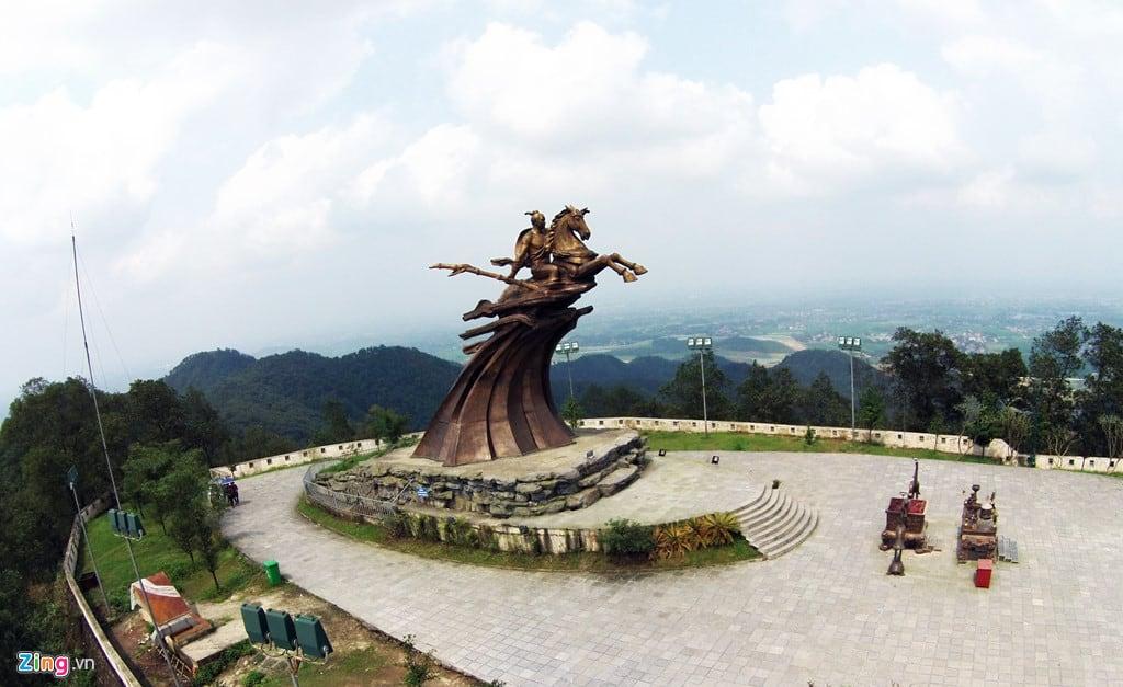 Tượng Thánh Gióng trên đỉnh núi Đá Chồng