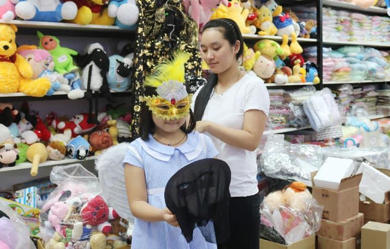 Các em nhỏ háo hức đi mua trang phục hóa trang