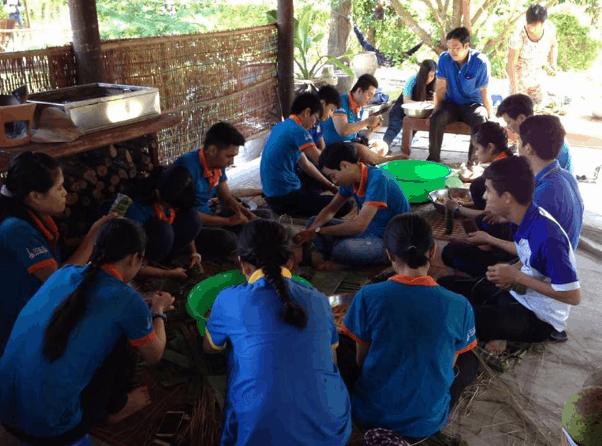 Trải nghiệm gói bánh tét ở vườn sinh thái Lê Lộc (Ảnh ST)