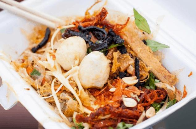 Bánh tráng trộn là món ăn vặt Sài Gòn dễ làm (Ảnh ST)