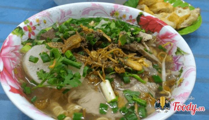 Món bánh canh giò heo được người Sài Gòn mê mệt (Ảnh ST)