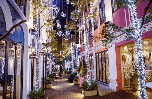 Khu vực giữa trung tâm thương mại được thiết kế như một con phố nhỏ