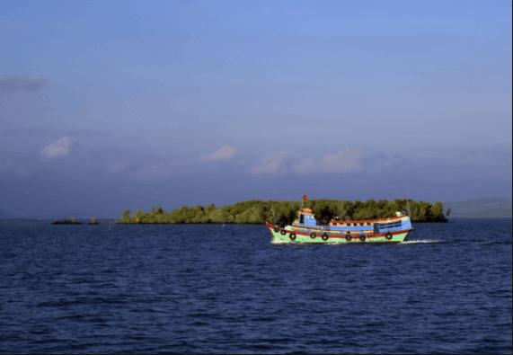 Tàu đưa đón du khách đến thăm đảo