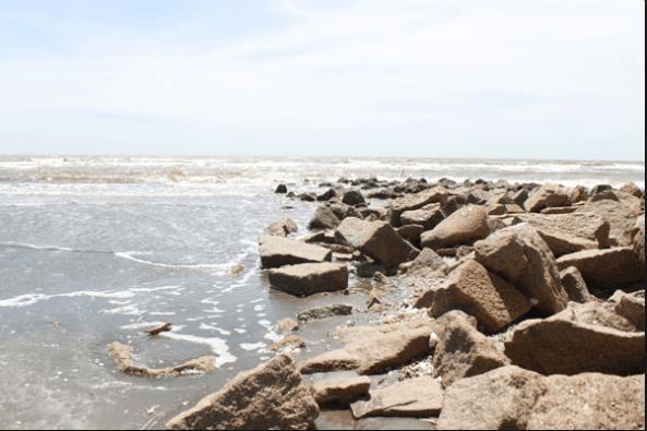 Các bạn có thể tìm những bờ đá cao cạnh biển Cần Giờ để câu