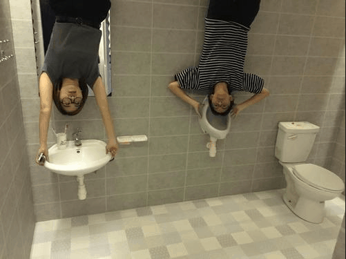 Nhà vệ sinh như này thì đi vệ sinh kiểu gì đây