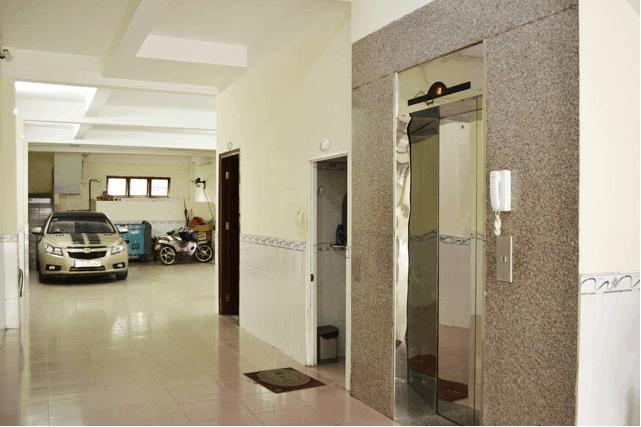 Khách sạn có nơi để xe rộng và thang máy di chuyển tiện lợi