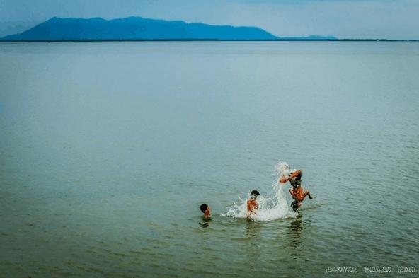 Những đứa trẻ tắm ở bờ kè của đảo