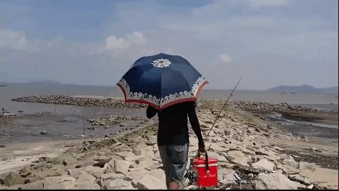Xách cần đi câu cá ở biển Cần Giờ