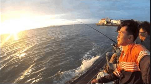 Lên thuyền ra khơi câu cá rất thú vị
