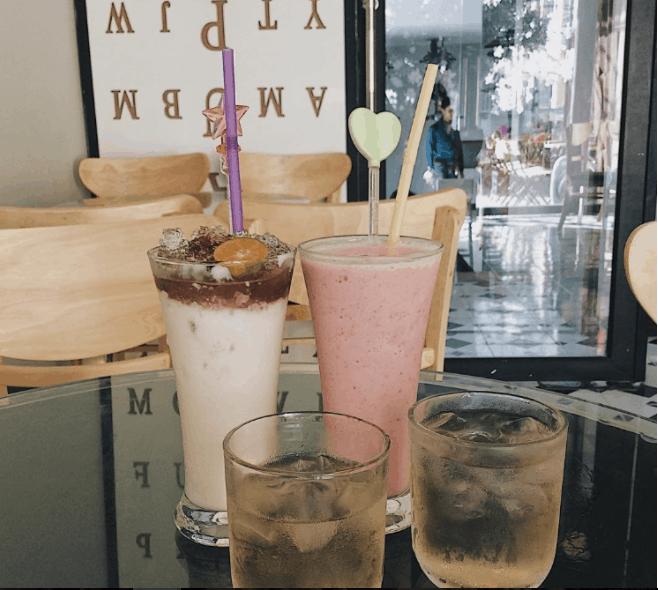 Nhà úp ngược Vũng Tàu cũng có luôn quán cafe để các bạn thưởng thức đồ uống