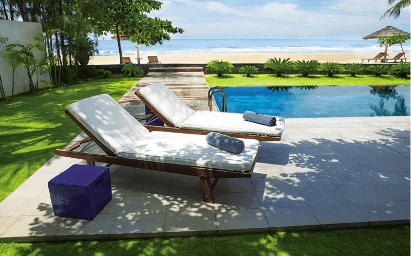 Ghế nằm ngắm biển, tắm nắng cạnh hồ bơi riêng