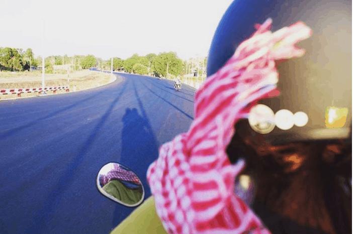 Vi vu trên chiếc xe máy đến Hồ Cốc