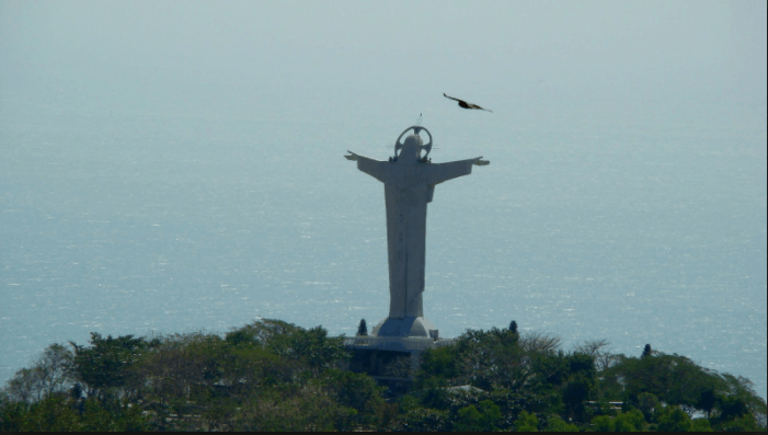 Tượng chúa Kito đứng sừng sững trên đỉnh núi