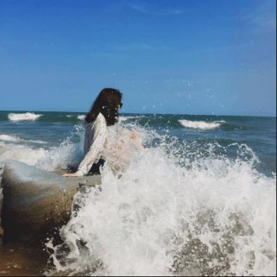 Những tảng đá sóng biển đánh bọt tung trắng xóa