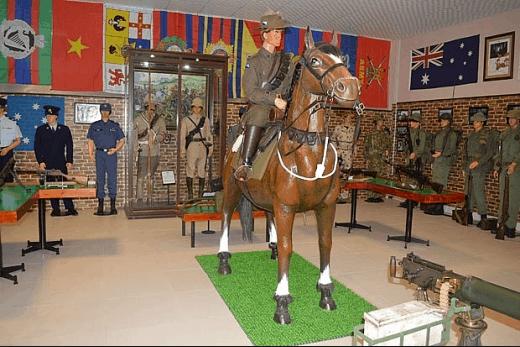 Bảo tàng trưng bày rất nhiều bức tượng mặc quân phục người lính khác nhau