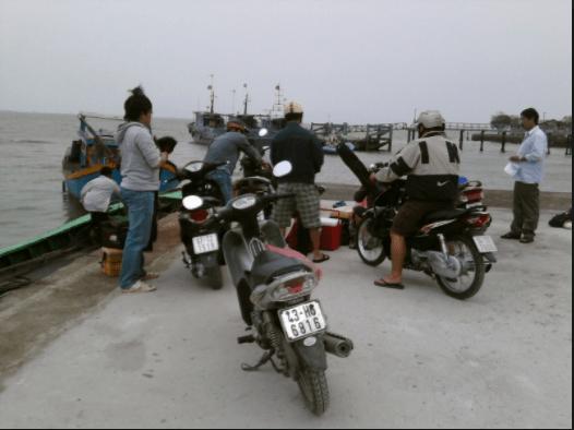 Các cần thủ chuẩn bị đồ lên thuyền đi câu ở biển Cần Giờ