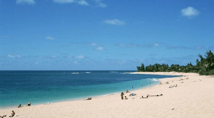 Bãi biển hồ Cốc sạch và rộng mát