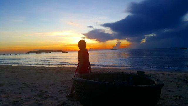 Bình minh trên bãi biển Long Thủy (Ảnh: @lionunique)