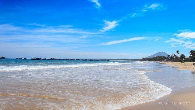 Bãi biển Long Thủy với những con sóng hiền hòa (Ảnh: XuanHau Photo)