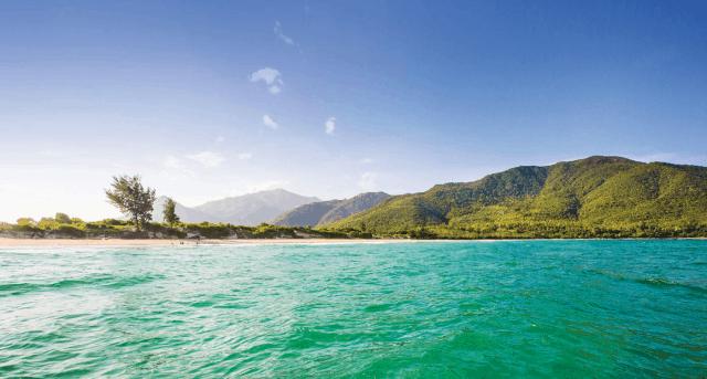 Nước biển trong xanh màu ngọc bích (Ảnh: Sưu tầm)